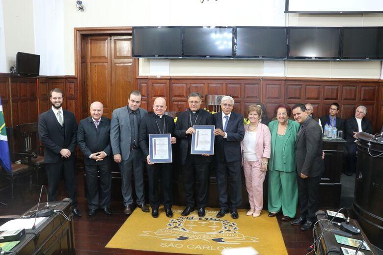 Bispos D. Paulo Cezar Costa e Dom Eduardo Malaspina recebem títulos de cidadania são-carlense da Câmara Municipal - Crédito: Divulgação