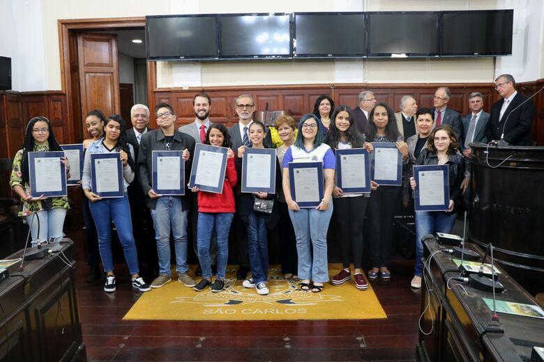 Solenidade na Câmara homenageia professor e premia redações do Embrapa & Escola - Crédito: Divulgação