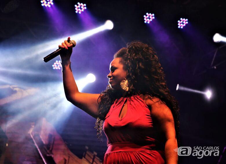 Nara Dom canta Tim Maia na Feira de Economia Solidária da Praça XV - Crédito: Divulgação