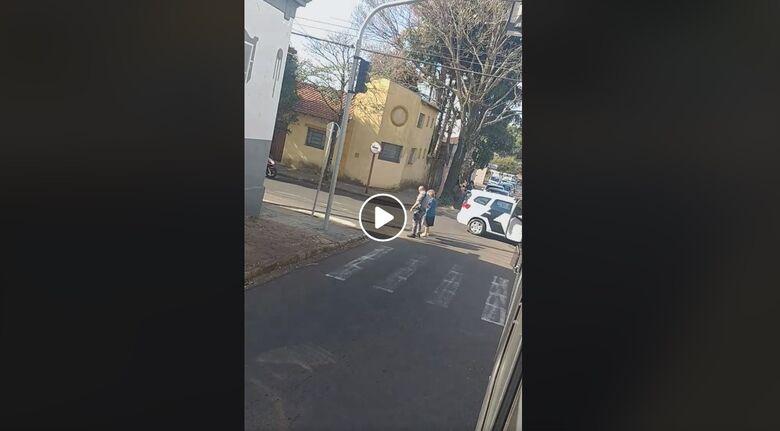 Policiais militares ajudam idosa a atravessar a rua e gesto recebe elógios nas redes sociais - Crédito: Reprodução