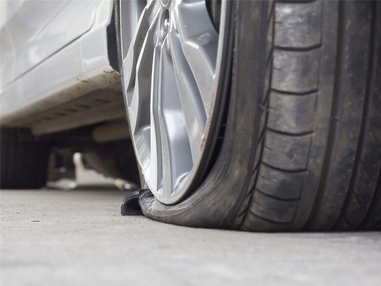 Atenção: desconhecido está furando pneus de carros estacionados perto da Santa Casa - Crédito: Divulgação