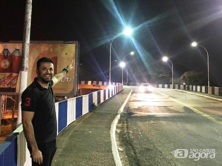 Rodson comemora restabelecimento da iluminação pública no Viaduto Prefeito Antonio Massei - Crédito: Divulgação