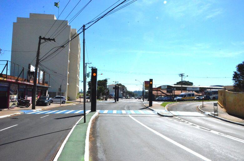 Semáforos da avenida São Carlos vão operar no amarelo intermitente a partir de terça-feira -