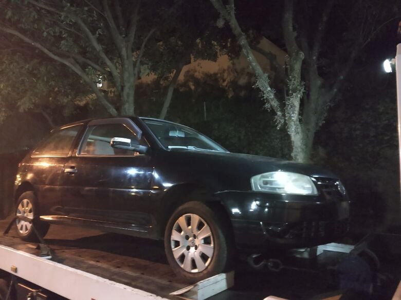 Carro roubado em abril é encontrado em terreno no Presidente Collor - Crédito: Luciano Lopes