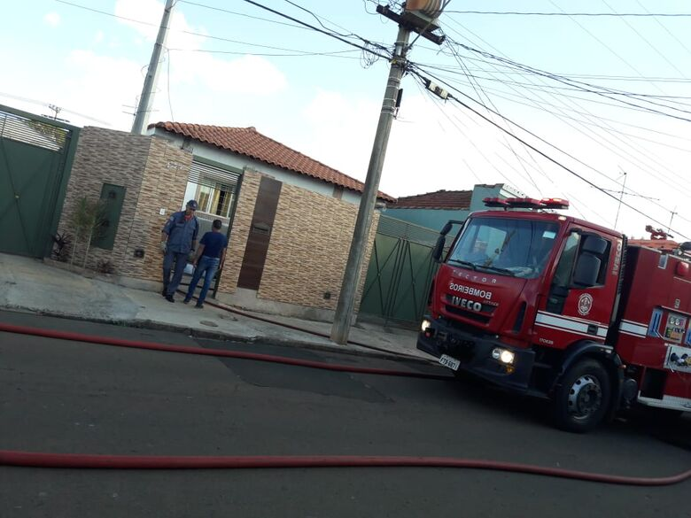 Curto-circuito causa incêndio em edícula no Jardim Ricetti - Crédito: Maycon Maximino