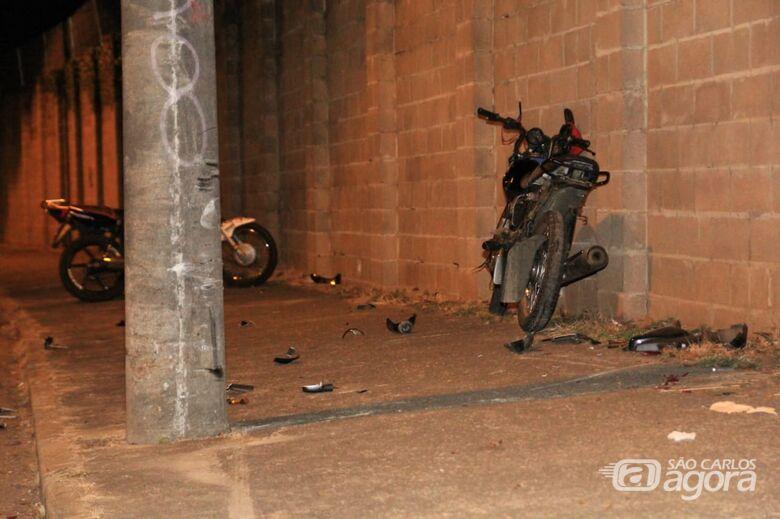 Motociclista fica gravemente ferido após bater em poste - Crédito: Marco Lúcio