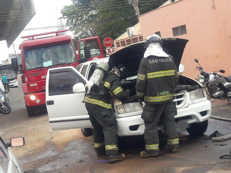 Fogo destrói motor de carro na região do Terminal Rodoviário - Crédito: Maycon Maximino