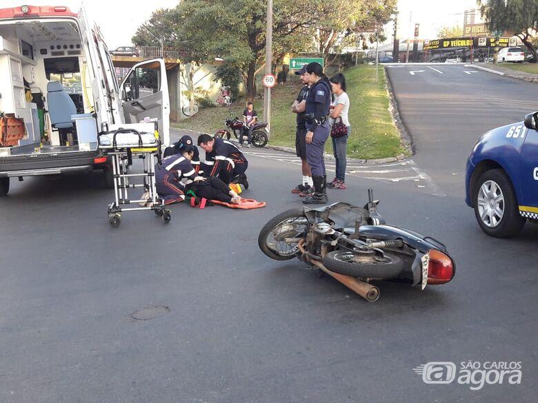 Motociclista 'voa' por cima de carro após colisão - Crédito: Maycon Maximino