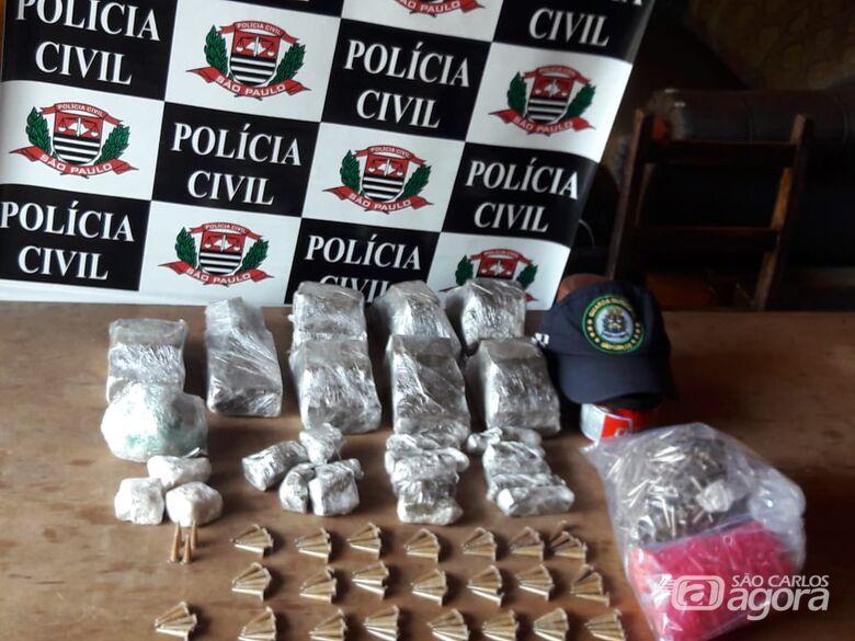 Após averiguação, policiais civis e guardas municipais apreendem grande quantidade de entorpecentes - Crédito: Maycon Maximino