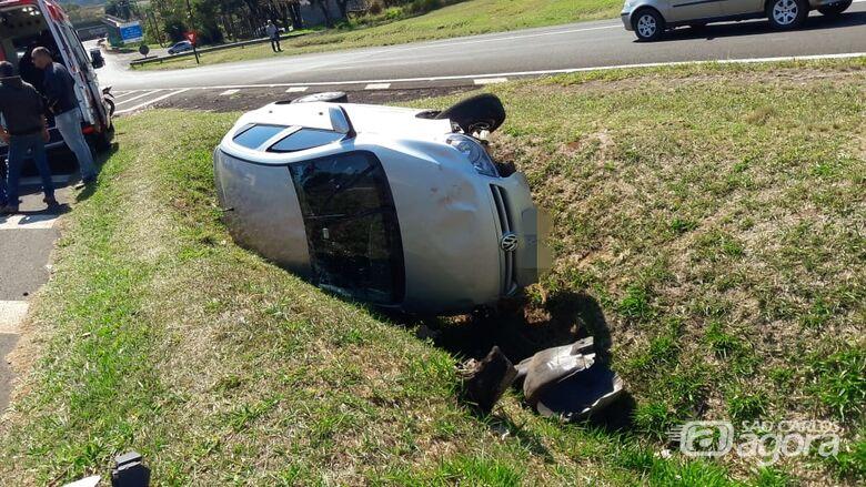 Após colisão, Gol tomba na SP-318; dois feridos - Crédito: Maycon Maximino
