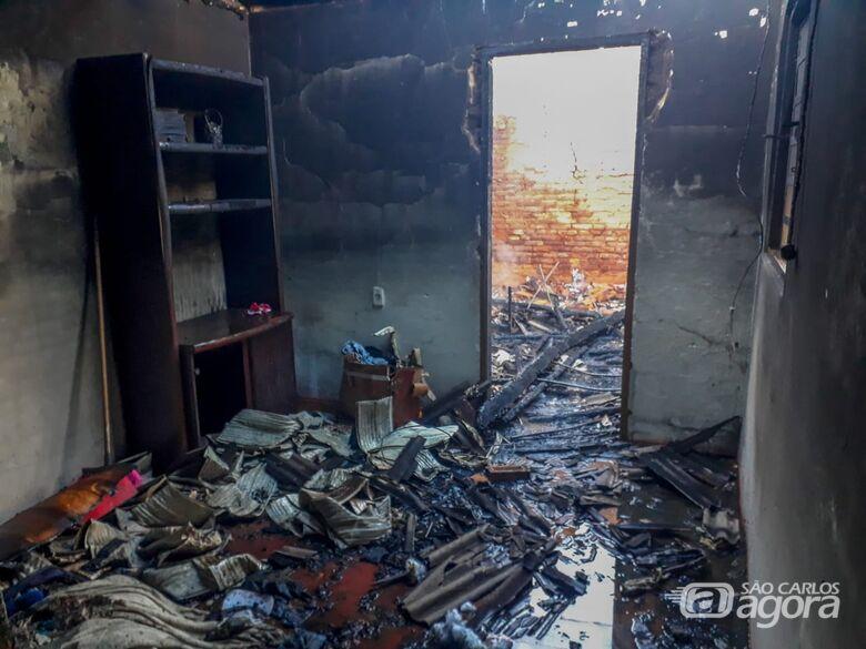 Residência é consumida por incêndio na Vila Jacobucci - Crédito: Marco Lúcio