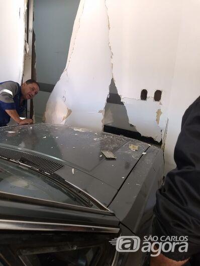 Homem bate carro em parede do Hospital Universitário (HU) ao tentar socorrer esposa -
