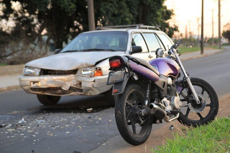 Colisão frontal entre carro e moto deixa um ferido na Av. Dr. Heitor José Realli - Crédito: Marco Lúcio