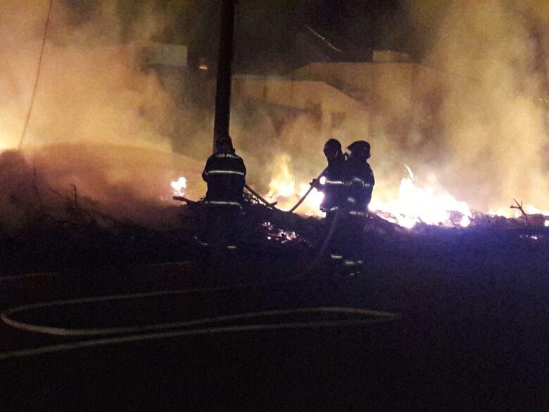 Incêndio acaba com entulhos do ecoponto do São Carlos 8 e deixa moradores sem energia - Crédito: São Carlos Agora