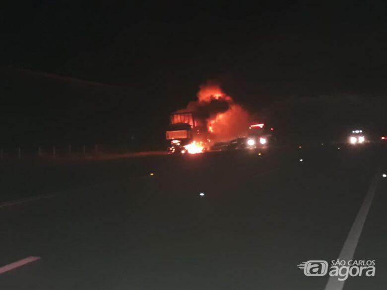Caminhão carregado de geladeiras pega fogo na SP-318 - Crédito: Divulgação