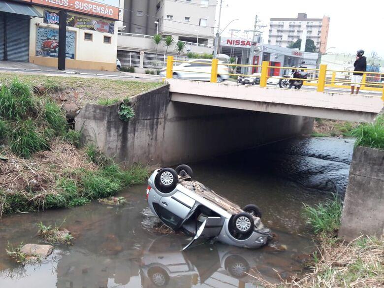 Motorista morre após carro cair em córrego em São Carlos - Crédito: Maycon Maximino