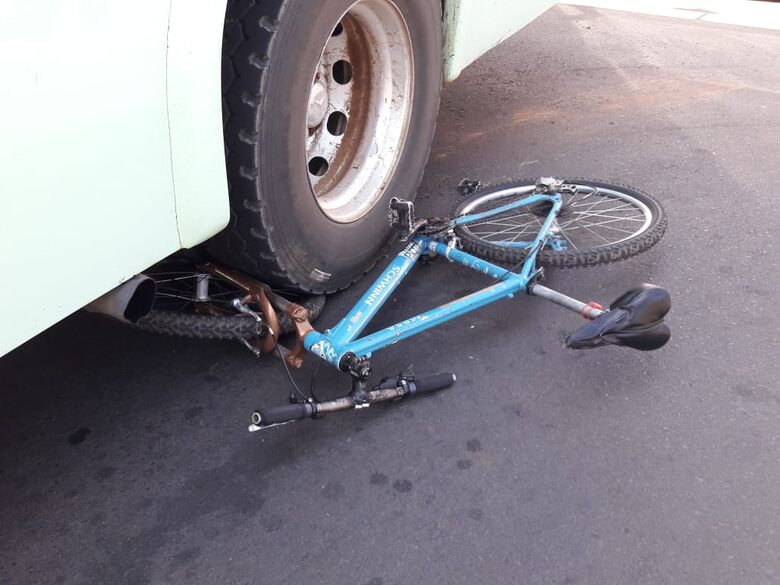 Ônibus passa em cima de bicicleta na Vicente Pelicano - Crédito: Maycon Maximino