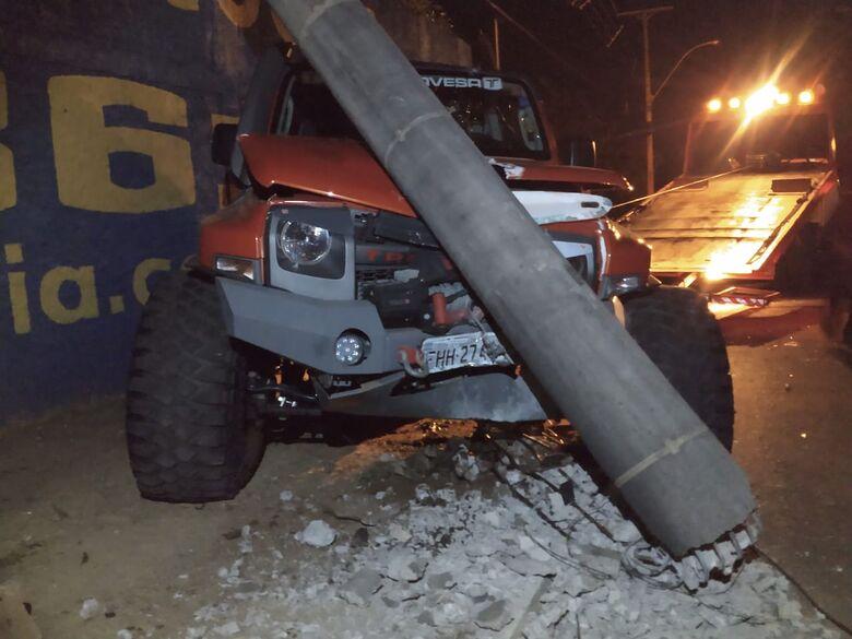 Violenta colisão destrói dois carros na Francisco Pereira Lopes - Crédito: Luciano Lopes