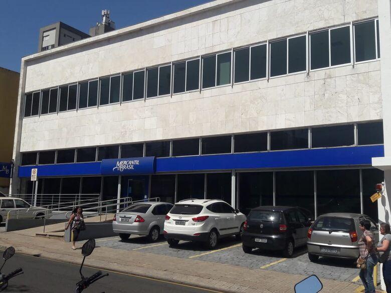 Ladrão aplica golpe em aposentada na saída de banco - Crédito: Maycon Maximino