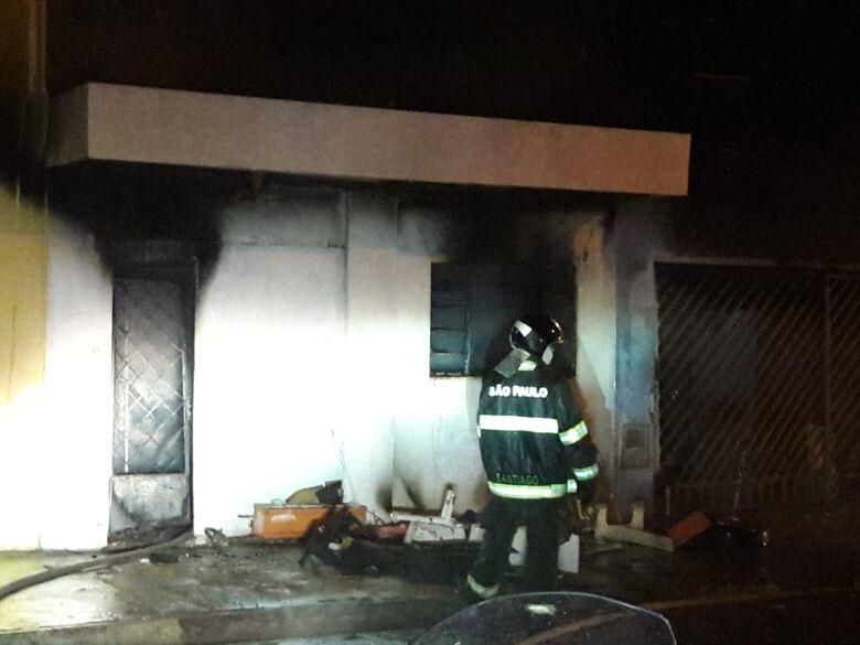 Incêndio de grandes proporções atinge residência no Jardim Hikari - Crédito: Maycon Maximino