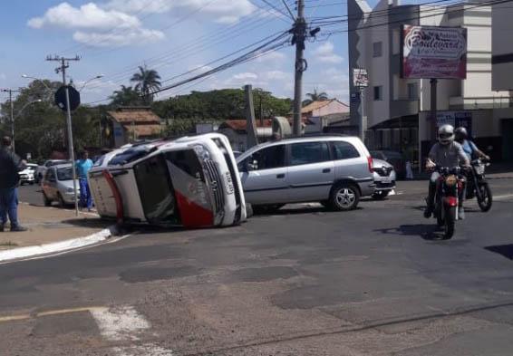 Jovem bate em viatura da PM no primeiro dia com a carteira de habilitação - Crédito: Foto: Léury Borges/Em Primeira Mão