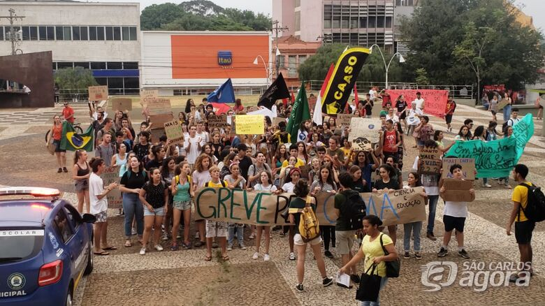 Manifestantes participam de ato em defesa ao meio ambiente em São Carlos - Crédito: Colaborador/SCA