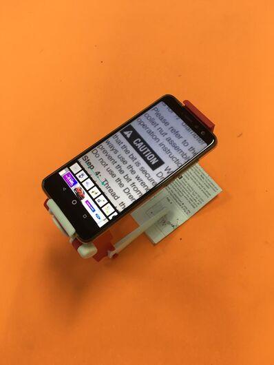 Suporte desenvolvido pela UFScar permite uso de smartphone como lupa - Crédito: NTA/UFSCar