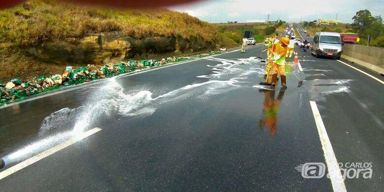 Caminhão carregado com cerveja Heineken sofre acidente e parte da carga fica espalhada na Anhanguera - Crédito: Divulgação/PMRv