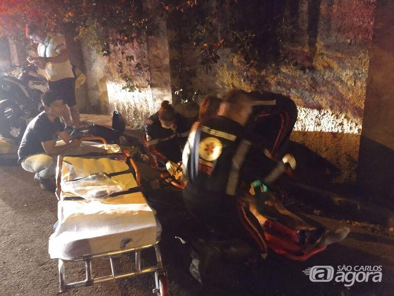 Motociclista é socorrido pela USA após colidir contra muro - Crédito: Luciano Lopes/São Carlos Agora
