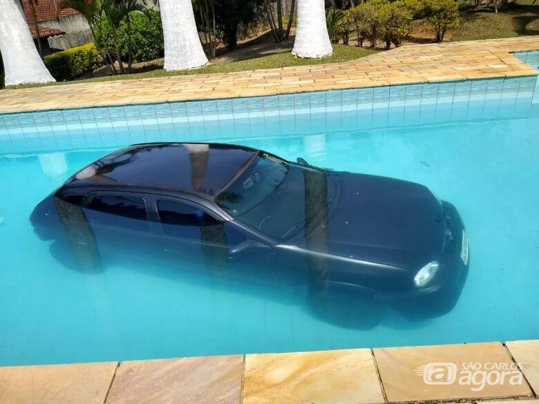 Carro que levava aniversariante para festa cai em piscina no interior de SP - Crédito: Divulgação/Whatsapp