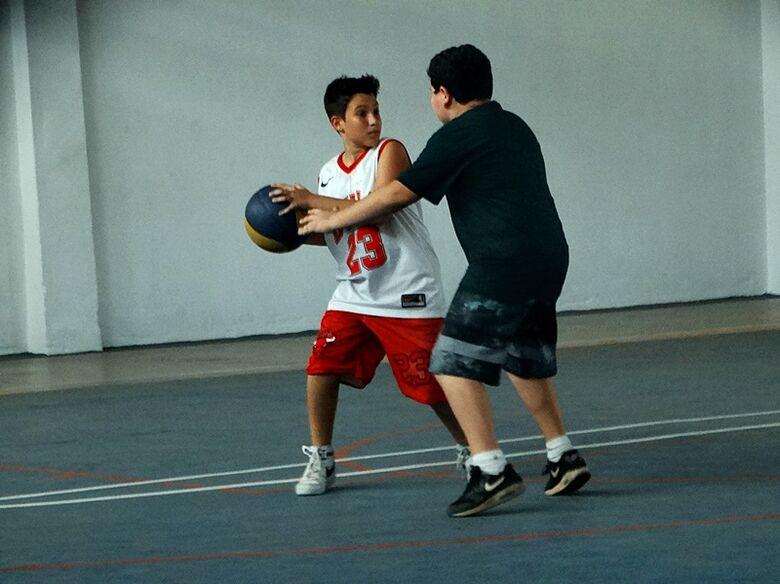 Jovens ganham oportunidade de se divertir com o basquete - Crédito: Marcos Escrivani