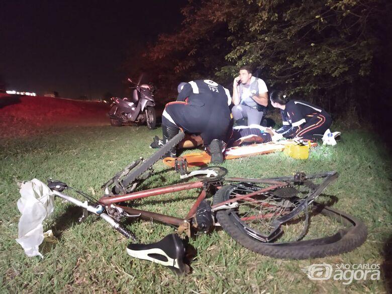 Moto atinge ciclista na Rodovia Washington Luiz - Crédito: Luciano Lopes