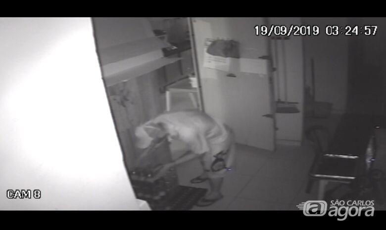 Câmeras de segurança flagram ação de ladrão em estabelecimento comercial - Crédito: Reprodução