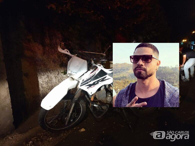 É grave o estado de saúde de jovem que bateu moto em muro; amigos fazem corrente de oração - Crédito: Luciano Lopes