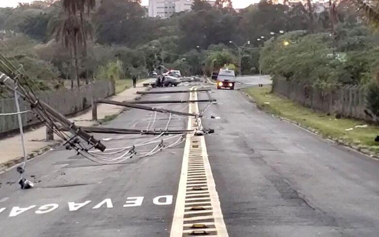 Motorista perde o controle de carro e derruba 11 postes em cidade da região - Crédito: Divulgação