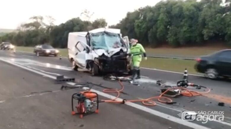 Motorista de van fica gravemente ferido após acidente na Washington Luis - Crédito: Reprodução