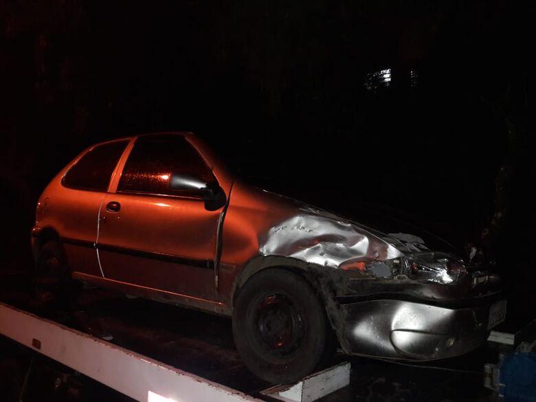 Após colidir em carro, motorista foge, mas é detido pela PM - Crédito: Maycon Maximino