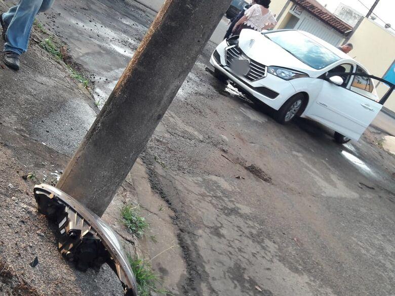 Homem perde dente após colidir carro em poste - Crédito: Maycon Maximino