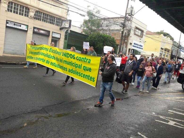 Motoristas de vans realizam protesto: querem transportar alunos do Ensino Médio - Crédito: Maycon Maximino