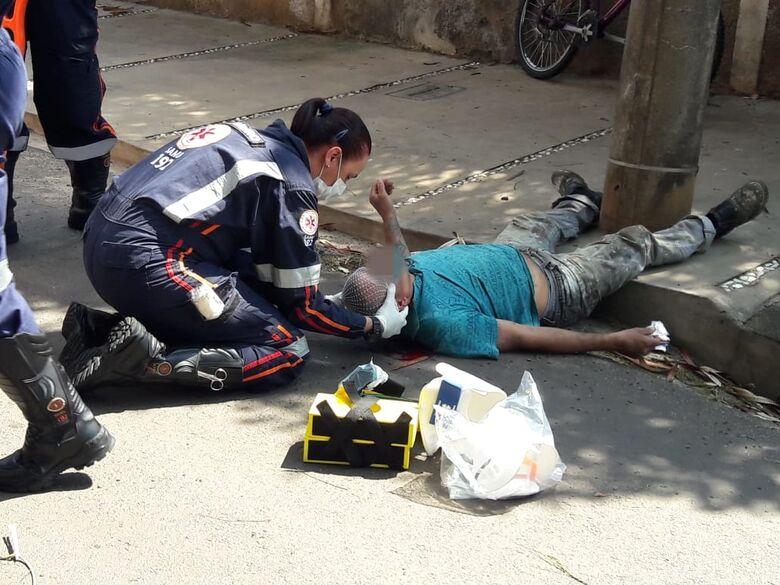 Ciclista fica gravemente ferido após colidir em poste no Jardim Beatriz - Crédito: Maycon Maximino