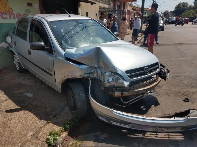 Motorista perde o controle ao passar em lombada, atropela mulher e bate em parede - Crédito: Luciano Lopes
