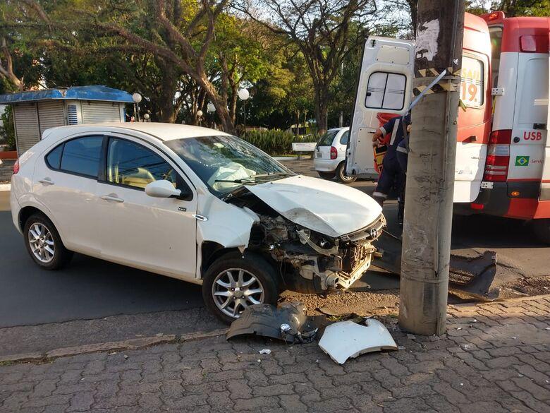 Motorista tenta fazer conversão, não consegue e bate em poste - Crédito: Luciano Lopes