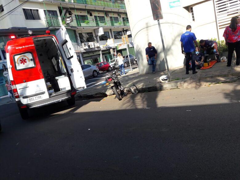 Freio falha e motociclista atinge dois carros estacionados no centro - Crédito: Maycon Maximino