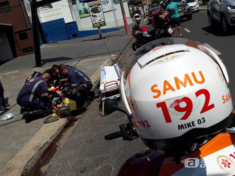 Ônibus passa em cima de pé, após homem sofrer queda - Crédito: Maycon Maximino