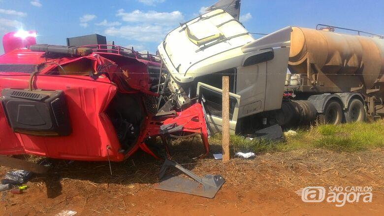 Violenta colisão entre carretas deixa dois feridos na SP-318 - Crédito: Maycon Maximino