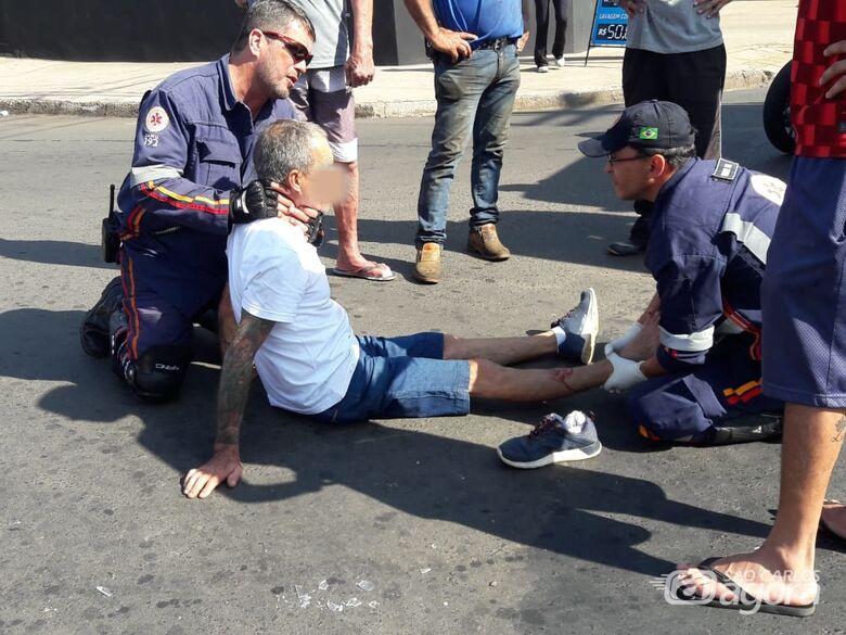 Motos colidem e homem sofre fratura exposta na perna direita - Crédito: Maycon Maximino