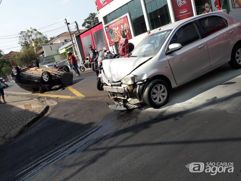 Três ficam feridos após capotamento no centro de São Carlos - Crédito: Maycon Maximino