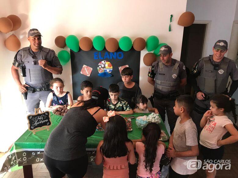 Policiais da ROCAM fazem a alegria do pequeno Elano - Crédito: Luciano Lopes