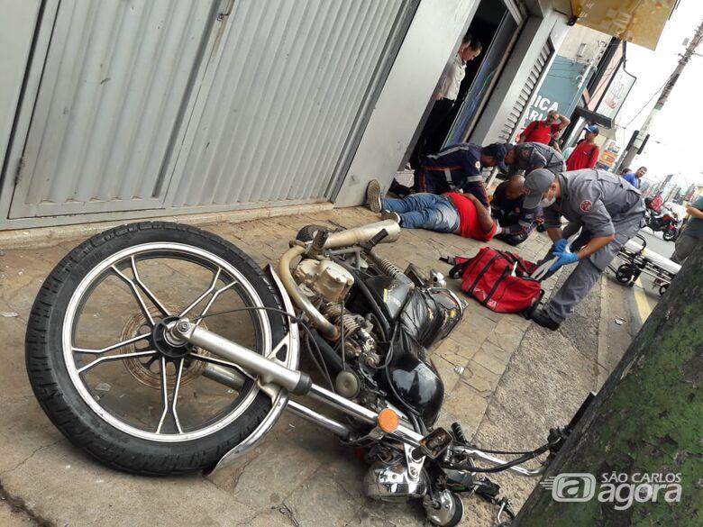 Após colisão em carro, motociclista atinge poste na Avenida São Carlos - Crédito: Maycon Maximino