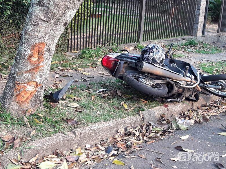 Motociclista que bateu em árvore passa por cirurgia - Crédito: Redes Sociais